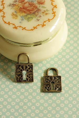 Photo1: SALE-Antique Style Bronze Charms - Retro Lock 01